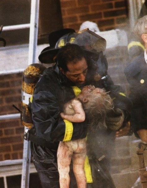 1989 год. Пожарный делает искусственное дыхание вынесенному