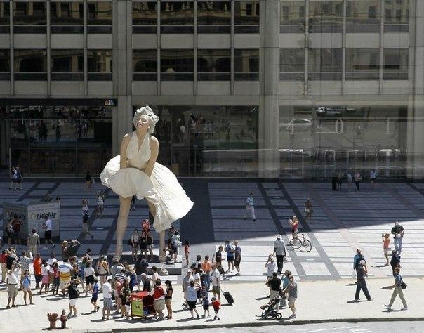 6-метровая скульптура Мэрилин Монро в Чикаго.