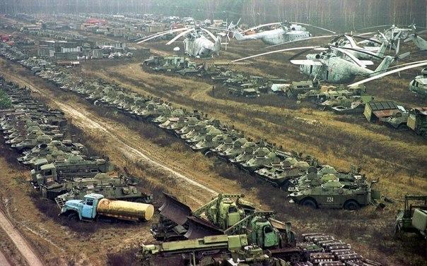 Брошенная после ликвидации Чернобыльской аварии техника.