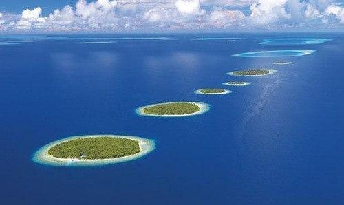Цепочка островов удивительно правильной формы
