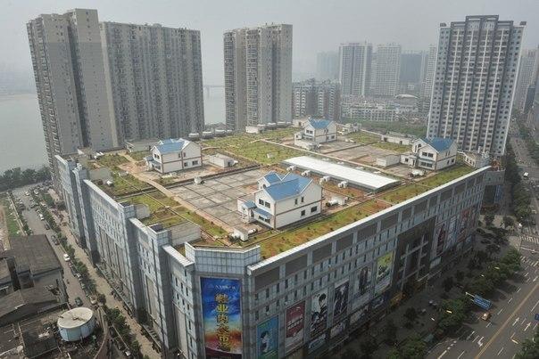Частные дома на крыше восьмиэтажного торгового центра, Чж
