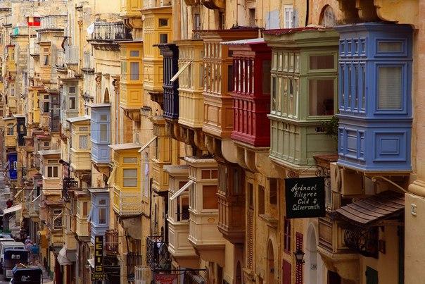 Цветные балконы на улице Валлетты, Мальта