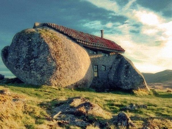 Дом-камень (Stone House). Гюэмараес, Португалия.