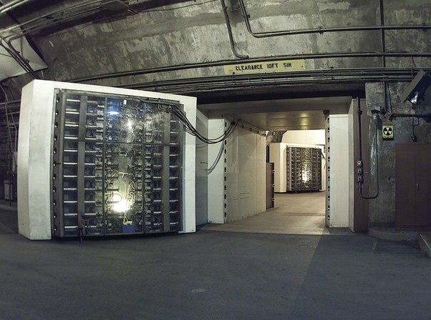 Дверь, благодаря которой можно выжить при 30 мегатонном ядерном взрыве.