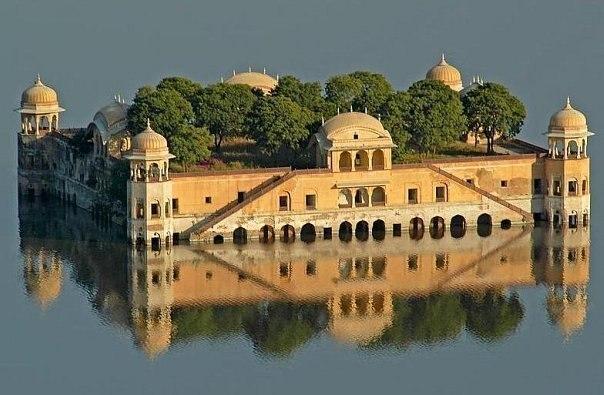 Дворец на воде. Индия.