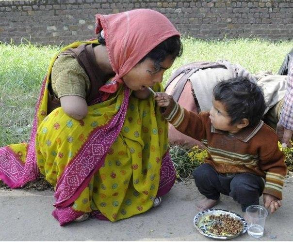 Двухлетняя дочь кормит свою мать.