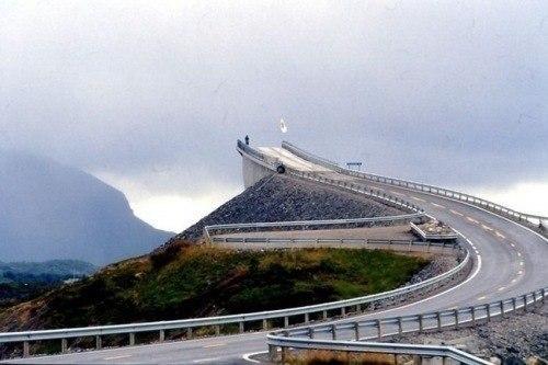 Этот мост находится в Норвегии. Когда едешь по нему, создае