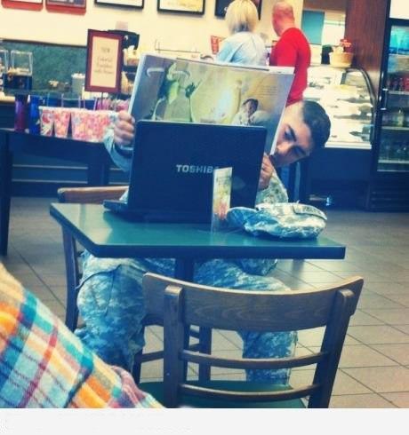 Этот солдат читает книжку своим детям (по скайпу).