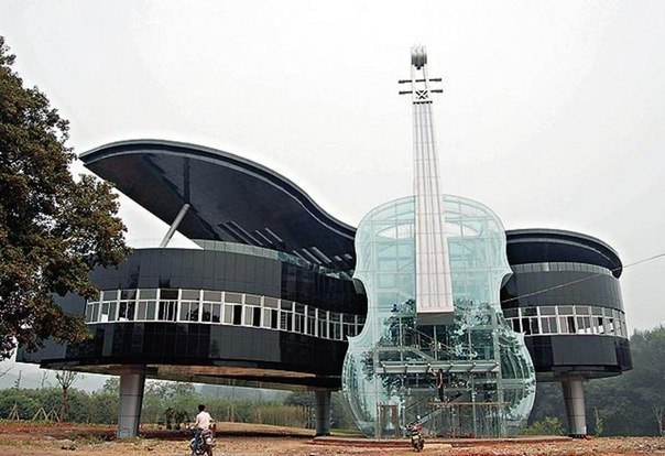 Этот уникальный дом в форме фортепиано со скрипкой недавн