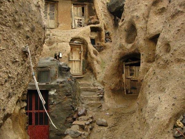 Город в Иране. Дома прямо в скалах.