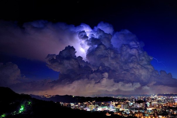 Грозовые тучи над городом Хсинтиен, Тайвань.