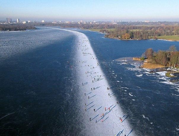 Катание на коньках на озере Paterswoldse Meer, расположенном к югу