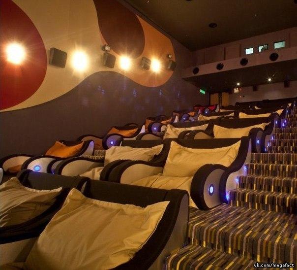Кинотеатр с удобными сидениями.