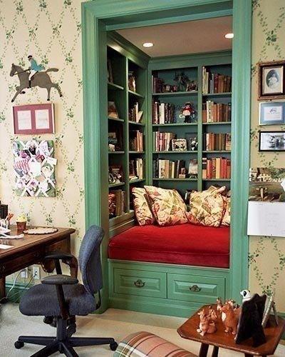 Кладовка, превращенная в маленькую библиотеку с комфортны
