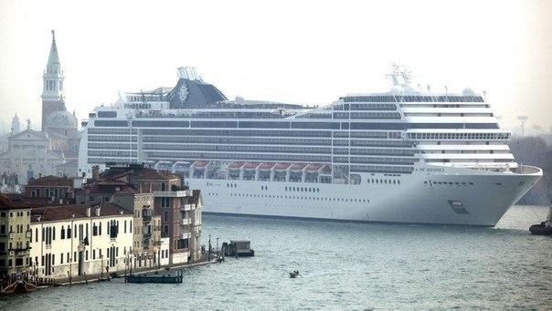 Круизный лайнер MSC Magnifica длиной 293 метра заходит в порт Вене