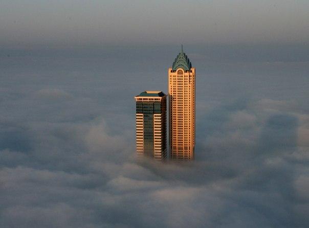 Мегаполис с утра в тумане, Дубай, ОАЭ
