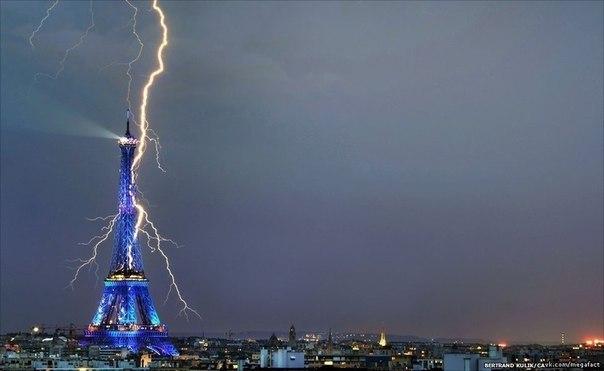 Молния попадает в Эйфелеву башню.