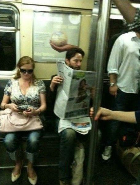 Мужчина, который читает газету в метро - Киану Ривз.