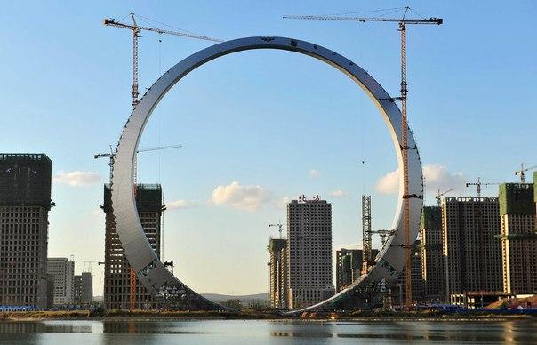 Небоскреб в форме кольца в Китае.