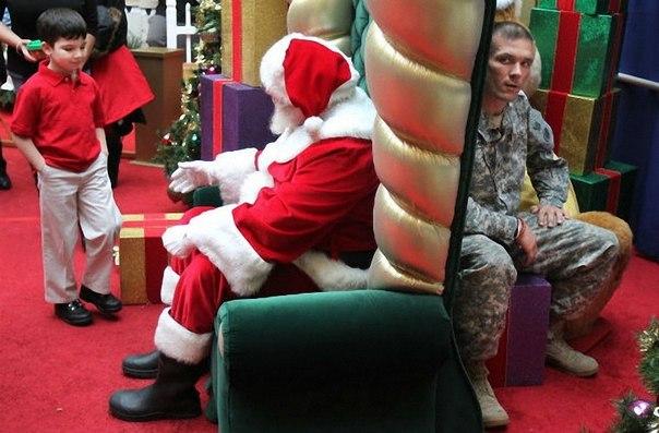 Обыкновенное чудо. Маленький мальчик собирается попросить у Санты, чтобы его отец вернулся из Ирака. Он ещё