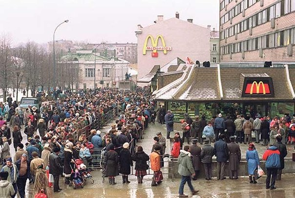Очередь в первый московский МакДоналдс в 1991 году.