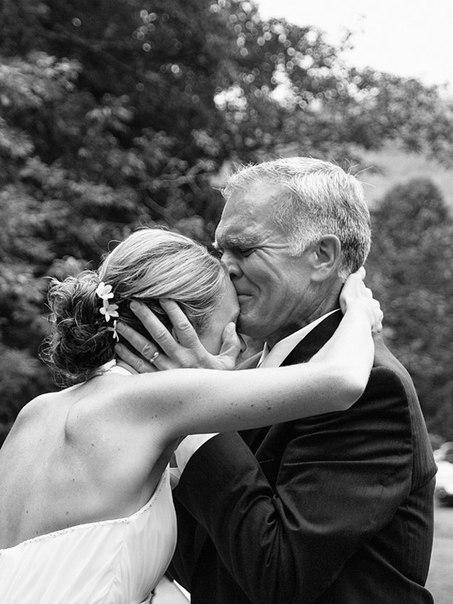 Отец отдаёт дочь замуж, очень трогательно..