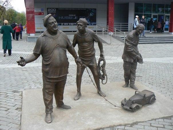 Памятник настоящим актерам в Перьми. Вицин, Моргунов и Ник
