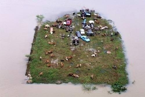 Перед сильным наводнением жители малазийской деревни Дже