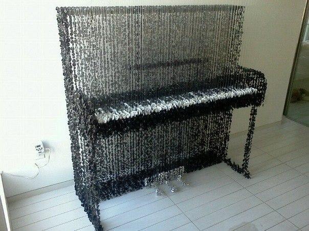 Пианино из пуговиц, которые просто подвешены на прозрачны