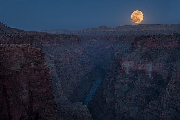Полная луна над Большим Каньоном, США.