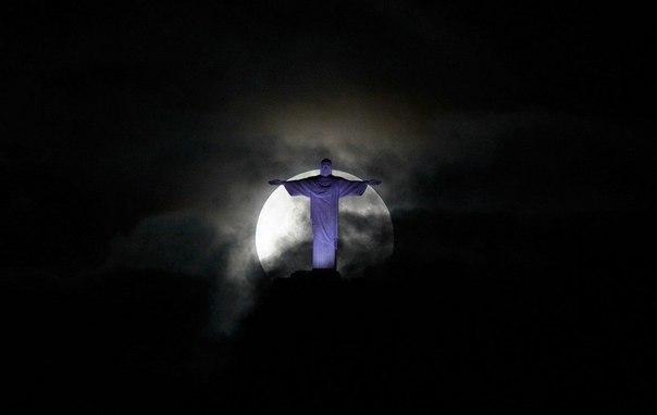 Полная Луна повисла над статуей Христа-Искупителя в Рио-де
