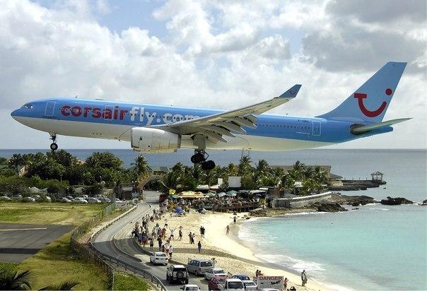 Посадка самолета. Международный аэропорт карибского остр