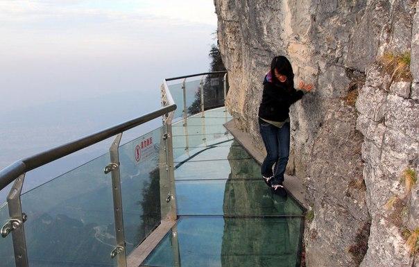 Прозрачная дорога вдоль отвесной скалы. Китай.