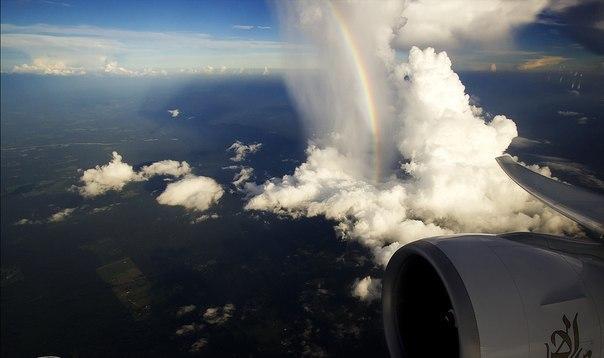 Радуга..Вид из иллюминатора самолета..
