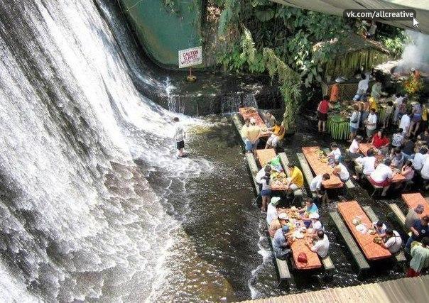 Ресторан у водопада, Филиппины.