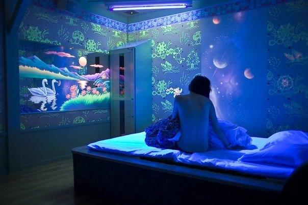 Роспись стен флуоресцентной краской.