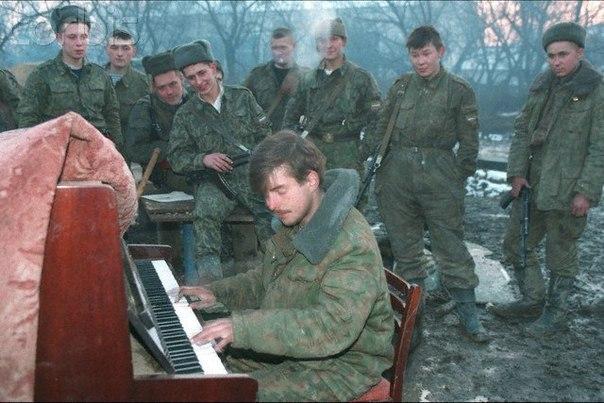 Русские солдаты играют. Грозный, Чечня. РФ. 28 января 1995 года