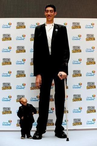 Самый большой и самый маленький в мире человек.