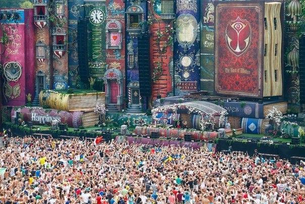Сцена музыкального Фестиваля Tomorrowland 2012 (Belgium)