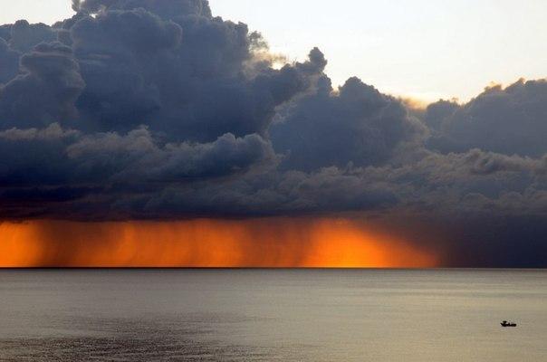 Штормовое облако у побережья Палермо, Сицилия, Италия