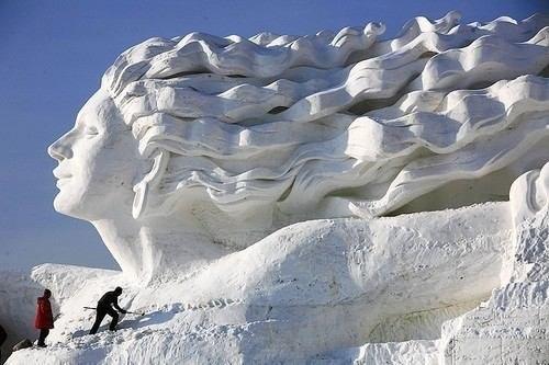 Скульптура из снега.