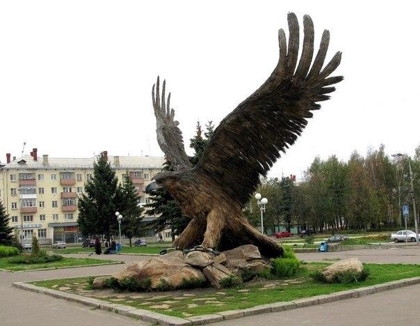 Скульптура Орла на привокзальной площади города Орла