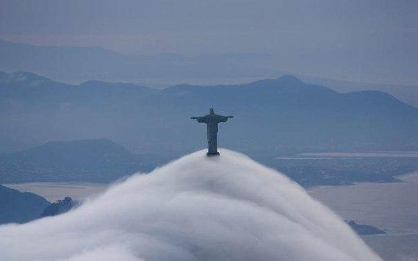 Статуя Иисуса Христа в Рио-де-Жанейро окутана туманом.