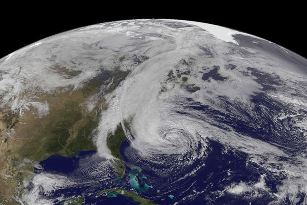 Вид на ураган Сэнди, который в данный момент бушует на Вост