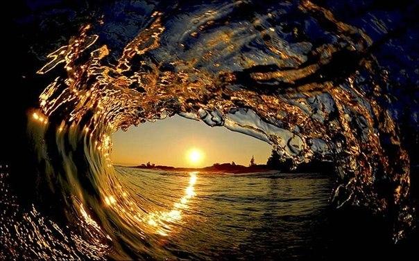 Вид на закат изнутри волны.