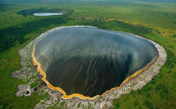 Вулканическое озеро в Африке.