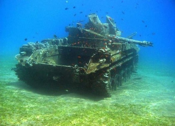 Затонувший танк времён войны.