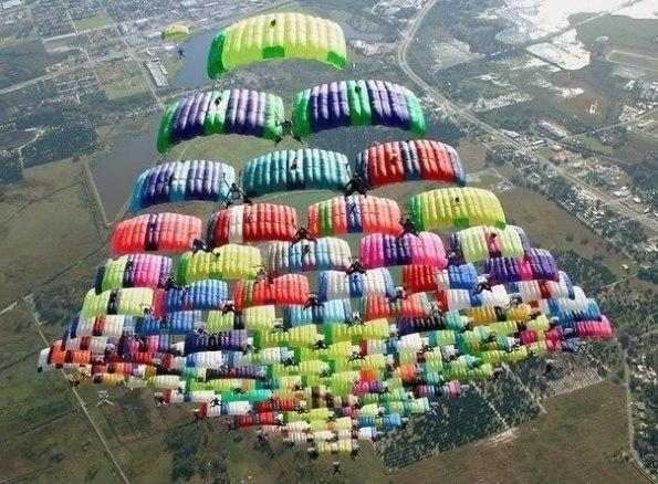 Зрелищный прыжок парашютистов.